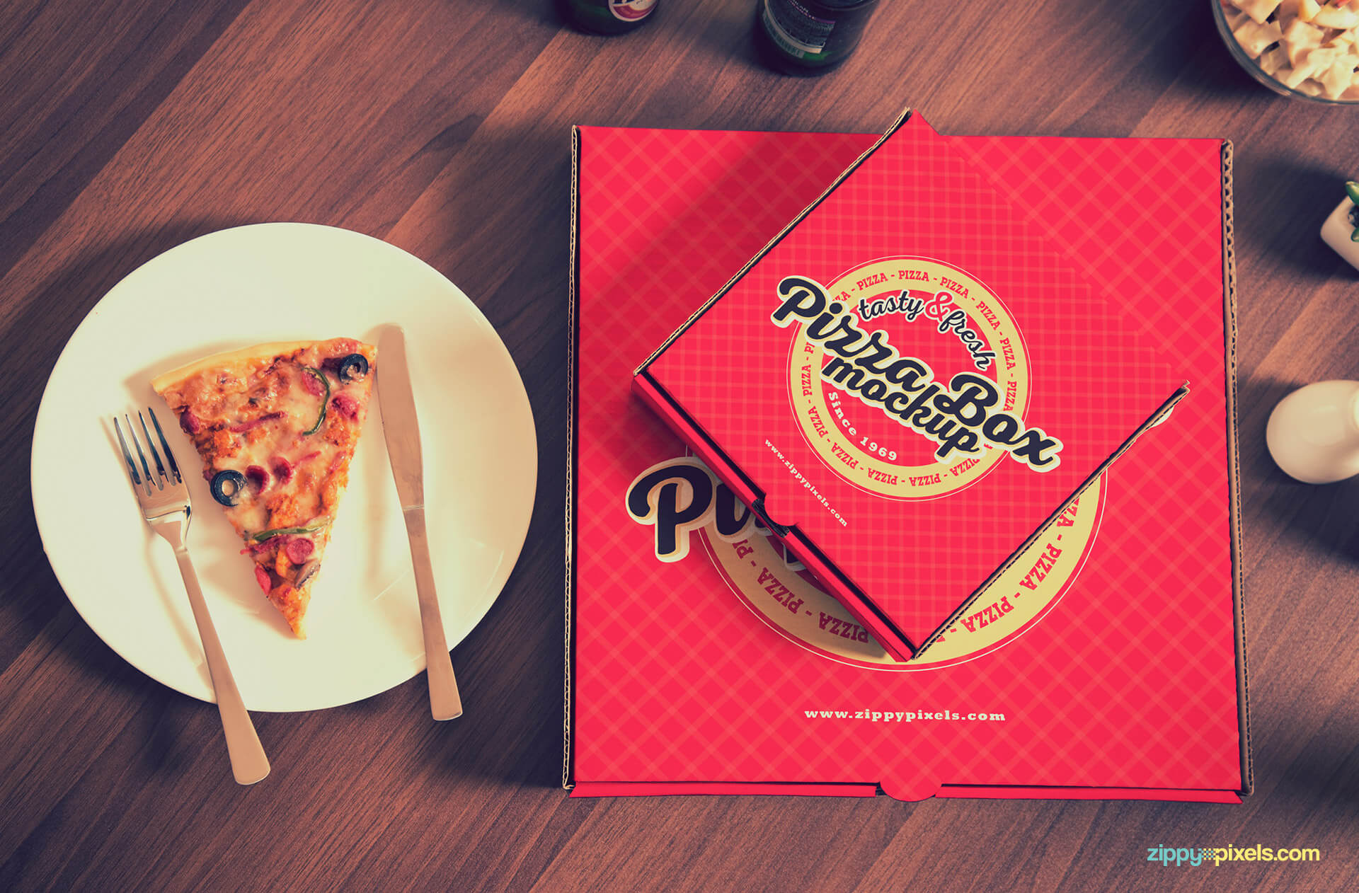Beautiful way to present your pizza packaging designs.